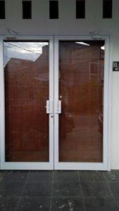 harga pintu swing aluminium (1)